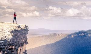 从山顶远眺山峦的人物摄影高清图片