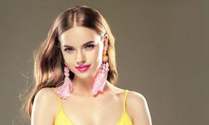 黄色吊带装的卷发美女摄影高清图片