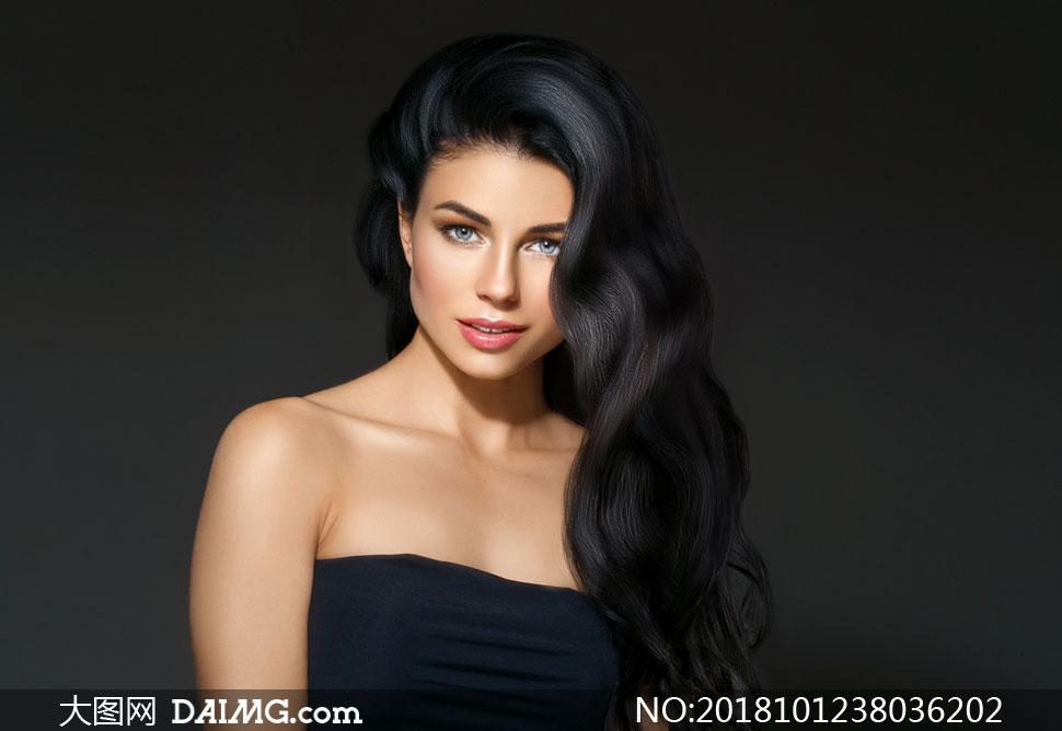 抹胸裝扮長發美女模特攝影高清圖片