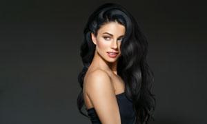 黑色卷发开心笑容美女人物摄影图片