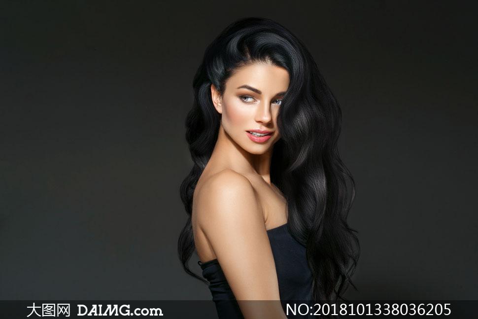 黑色卷發開心笑容美女人物攝影圖片
