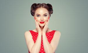 双手贴着脸颊的复古装美女高清图片