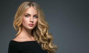 侧偏卷发的一字肩美女摄影高清图片