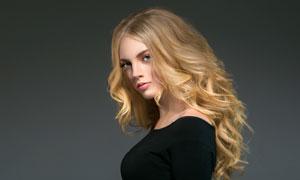 黑衣金发美女人物侧面摄影高清图片