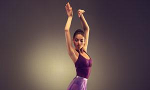 单腿站立的紫色裙舞者摄影高清图片