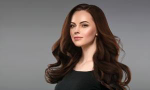 披着大卷发的美女人物摄影高清图片