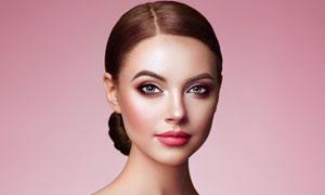 粉色背景前的浓妆美女摄影高清图片