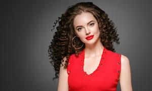 身穿红色无袖装的卷发美女高清图片