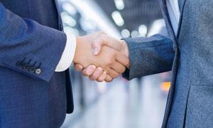 职场商务人物握手情景特写高清图片
