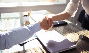 商务会谈时的握手场景摄影高清图片