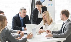 围着桌子在开会的商务人物高清图片