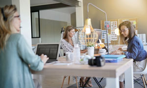 在办公室里工作的女性人物高清图片