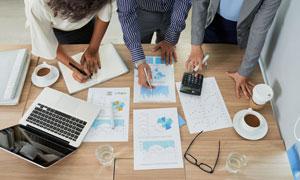 人物与桌上的数据图表摄影高清图片