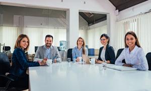 在会议桌前的商务人物摄影高清图片