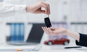 交到客户手里的车钥匙特写高清图片