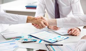 在谈判桌上握手的职场人物高清图片