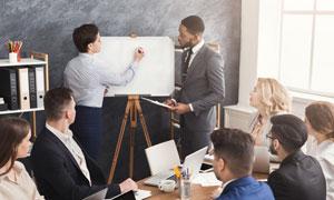 会议室里的公司员工们摄影高清图片