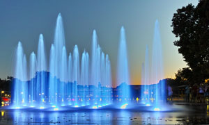 夜晚城市广场灯光喷泉摄影高清图片