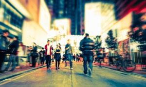 夜晚大街上行色匆匆的行人高清图片