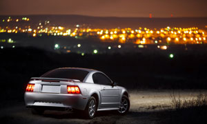 夜晚行驶在野外路上的汽车高清图片