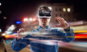 虛擬現實設備體驗男人攝影高清圖片