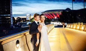 大桥上拍照的一对新人摄影 澳门线上必赢赌场