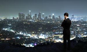 城市繁华夜景与思考着人物高清图片