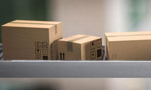 分拣传送带上的包装箱摄影高清图片