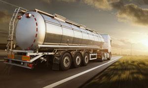行驶在公路上的槽罐车摄影高清图片