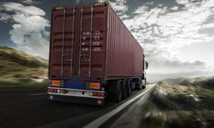 道路上的半挂式集装箱货车高清图片