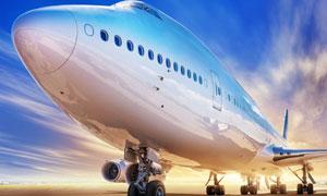 机场跑道上的大型客机摄影高清图片