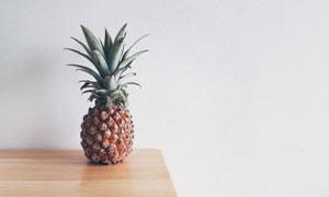 摆放在桌上的一个菠萝摄影高清图片