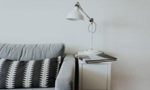 客厅沙发与简约风台灯摄影高清图片