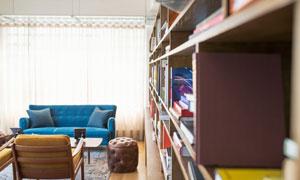 房间书架与沙发等家具陈设高清图片