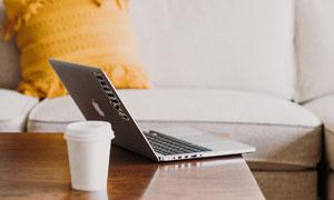 沙发与桌上的咖啡电脑摄影高清图片
