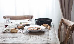 饭桌上的餐具食物特写摄影高清图片