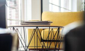 客厅沙发与铁艺质感的圆几高清图片