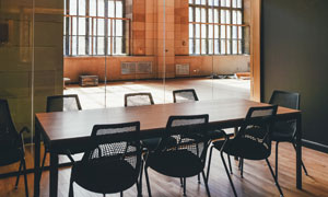 摆好桌子与椅子的房间摄影高清图片