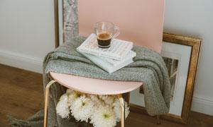 菊花与椅子上的咖啡等摄影高清图片