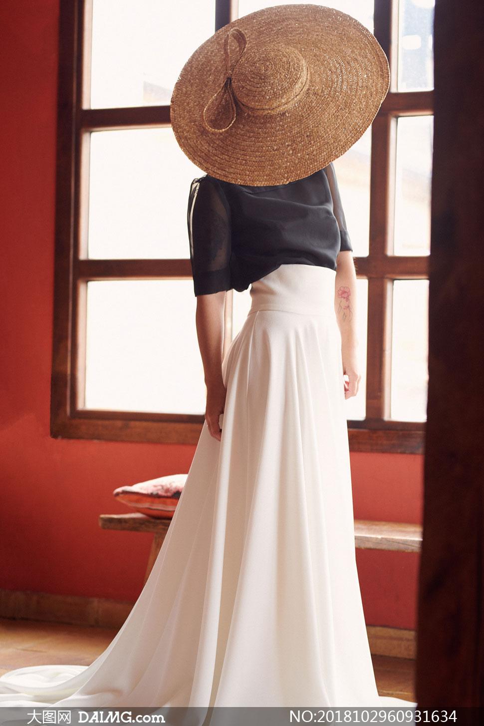 站在窗户边的长裙美女摄影高清图片