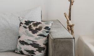 客厅沙发抱枕与落地灯摄影高清图片
