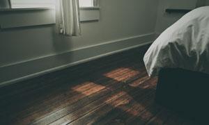 卧室房间大床一角特写摄影高清图片