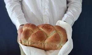 拿在双手里的松软面包摄影高清图片