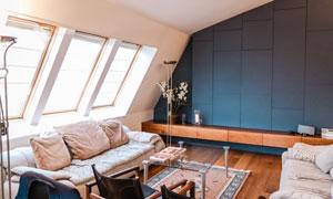 阁楼房间沙发茶几布置效果高清图片