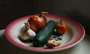 盘子里的大蒜与洋葱等摄影高清图片