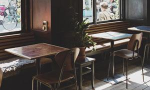临街店铺内景桌椅摆设摄影高清图片