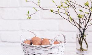 树枝装饰与一篮子鸡蛋摄影高清图片