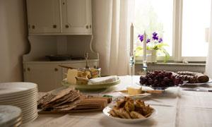 花卉植物与桌上的食物摄影高清图片