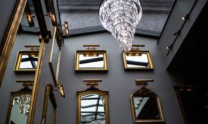 镜框与豪华水晶灯仰视摄影高清图片