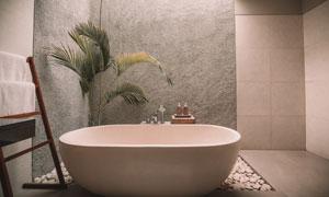 毛巾置物架与浴缸摆放效果高清图片